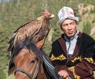 老鹰猎人在马背上拿着他的老鹰 库存照片