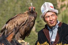 老鹰猎人在马背上拿着他的老鹰 免版税图库摄影
