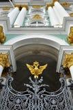 老鹰给宫殿替补冬天装门 免版税库存图片