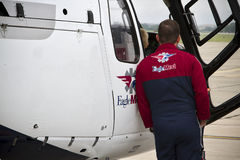 老鹰Med站立近的直升机的飞行员 库存图片