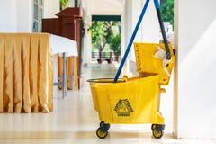 老黄色扫除机为清洗的地板用车运送 库存照片