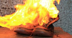 老黄色绒面革起动烧伤火焰喷射器特写镜头 股票录像