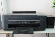 老黑书桌扫描器和喷墨打印机 免版税库存照片