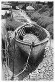 老黑白木小船 免版税库存照片