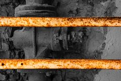 老黑白阀门操刀与生锈的金属板条 免版税库存图片