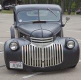 老黑色Chevy卡车正面图 图库摄影