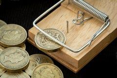 老鼠陷井捉住一枚英磅硬币 库存照片
