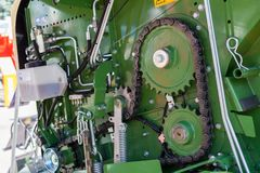 老齿轮和链子,机器零件背景 免版税库存图片