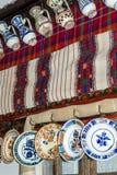 老,传统,瓦器 陶瓷水罐和板材 免版税图库摄影