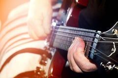老,妇女,弹电,声学吉他,黑backgr的人 免版税库存照片