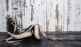 老,帆布,减速火箭的网球鞋 免版税库存照片