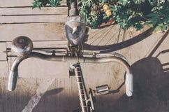 老,年迈的,减速火箭的自行车细节 免版税库存照片
