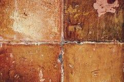 老,年迈的,生锈,被抓的,五颜六色的砖墙纹理/背景 免版税库存照片