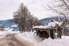 老,木,积雪的公交车站 山,滑雪区域施拉德明Dachstein,Dachstein断层块,奥特纳,Liezen,施蒂里亚,奥地利 免版税图库摄影