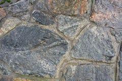 老,湿花岗岩的纹理在墙壁的石工的 免版税库存图片