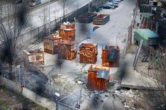 老,生锈的建筑容器和大型垃圾桶在一条delapidated小街上在纽约,美国 免版税图库摄影