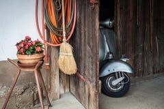 老,生锈的意大利滑行车谷仓发现在小屋的 免版税库存照片