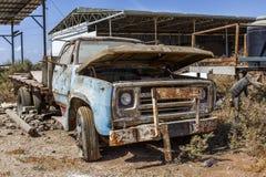 老,生锈的汽车 免版税库存照片
