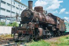 老,生锈,葡萄酒在路轨的蒸汽机车 库存图片