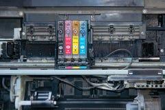 老,肮脏,被拆卸的喷墨打印机 内部零件看法  图库摄影