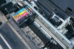 老,肮脏,被拆卸的喷墨打印机 内部零件看法  免版税库存照片