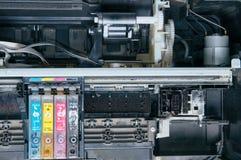老,肮脏,被拆卸的喷墨打印机 内部零件看法  免版税库存图片