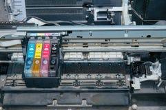老,肮脏,被拆卸的喷墨打印机 内部零件看法  免版税图库摄影