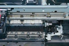 老,肮脏,被拆卸的喷墨打印机 内部零件看法  库存图片