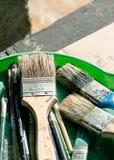 老,葡萄酒,使用的画笔变化在绿色塑料的大小 库存照片