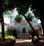 老,被放弃的,五颜六色的殖民地房子在南美洲 库存图片