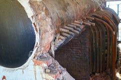 老,被毁坏的葡萄酒蒸汽锅炉加热系统 免版税库存图片