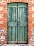 老,绿色门在托斯卡纳 图库摄影