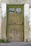 老,绿色,被风化的木门 免版税库存图片