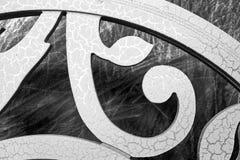 老,破裂的油漆纹理,以一个分支的形式木表面上与叶子 图库摄影