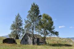 老, delapidated被抛弃的牧羊人传统上修造了木小屋 库存图片