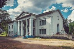 老19世纪庄园在斯洛尼姆市公园 斯洛尼姆,白俄罗斯 库存照片