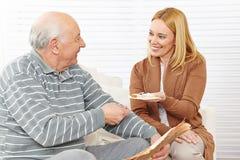 老年人和妇女吃 免版税库存图片