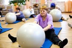 老年人和残疾的健身培训 免版税图库摄影