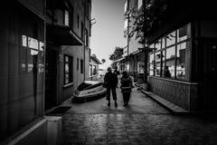 老年人在土耳其海边镇 免版税库存图片