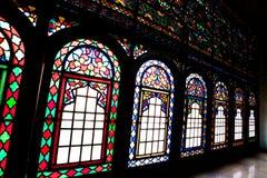 老主人的污迹玻璃窗在一个富人的豪宅的在伊朗 库存照片