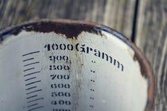 老1000克的葡萄酒金属杯子在木背景站立 图库摄影