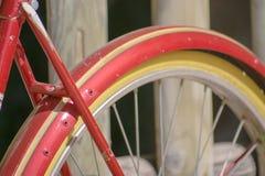 老经典红色自行车在庭院里 免版税库存图片