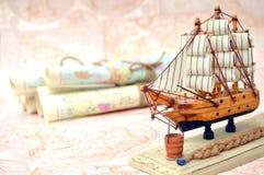 老滚动的地图和纪念品船 图库摄影