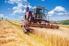 老组合玉米和麦子收割机 农业产业 免版税库存图片