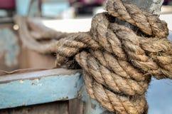 老绳索和结与地方您的文本的 免版税库存照片