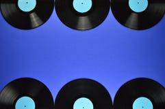 老黑唱片边界在蓝色背景的 免版税库存照片