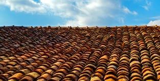老黏土陶瓷屋顶tileagainst天空 库存图片
