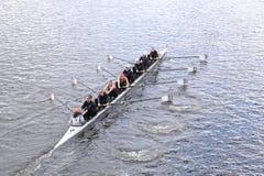 老统治在查尔斯赛船会妇女的青年时期Eights头赛跑  免版税库存图片