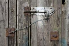 老织地不很细木头和螺栓在一个老棚子 免版税库存图片