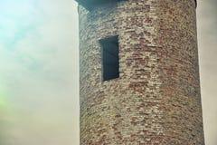 老水塔在天空的背景中 免版税库存图片